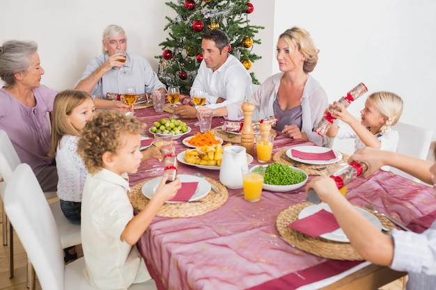 Rodzina posiadająca świąteczny obiad