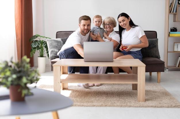Rodzina prowadząca wideorozmowę w domu