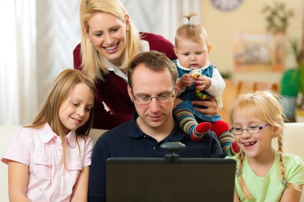Rodzina przed komputerem ma wideokonferencję