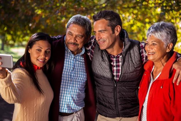 Rodzina przy selfie w parku