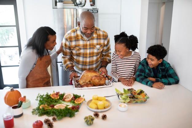 Rodzina przygotowująca indyka na święto dziękczynienia