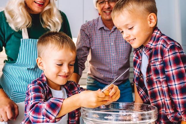 Rodzina przygotowuje ciasteczka na boże narodzenie