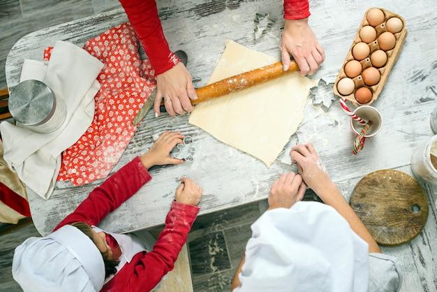 Rodzina przygotowuje ciasteczka świąteczne