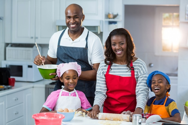 Rodzina przygotowuje ciasto