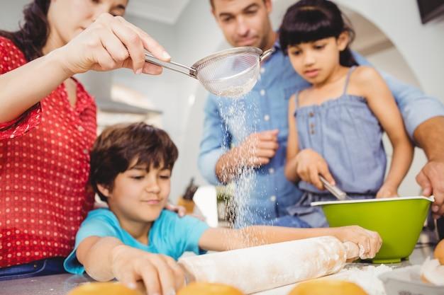 Rodzina przygotowuje jedzenie w domu