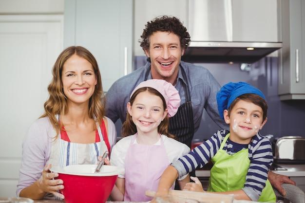 Rodzina przygotowuje jedzenie w kuchni