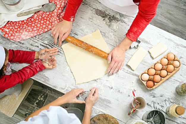 Rodzina przygotowuje ręcznie robione ciasteczka