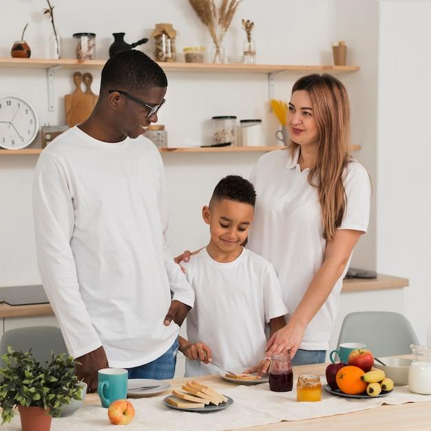 Rodzina przygotowuje się do jedzenia razem