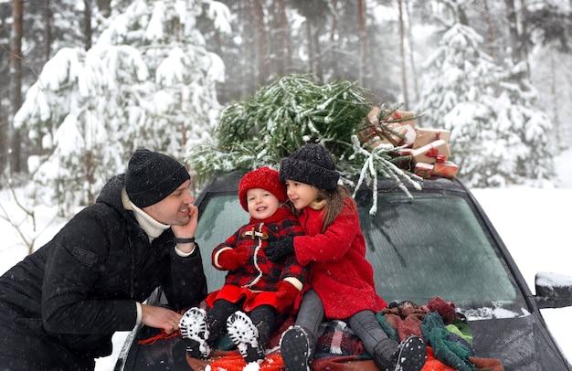 Rodzina przyjechała do lasu na choinkę