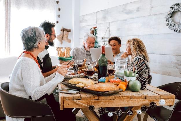 Rodzina razem cieszy się świątecznym obiadem w domu