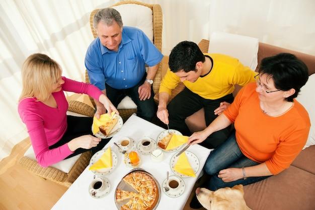 Rodzina razem kawę i ciasto