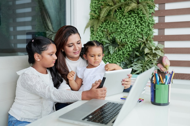 Rodzina razem przy użyciu komputera typu tablet