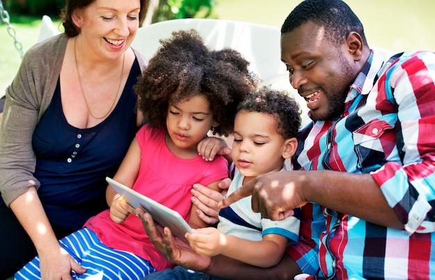 Rodzina relaks rodzicielstwo razem miłość koncepcja