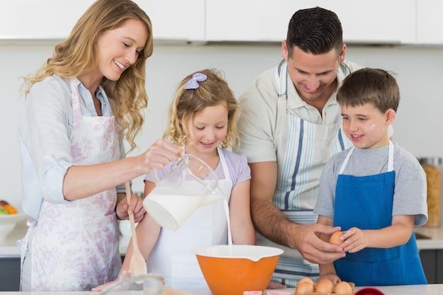 Rodzina robi ciastkom wpólnie w kuchni