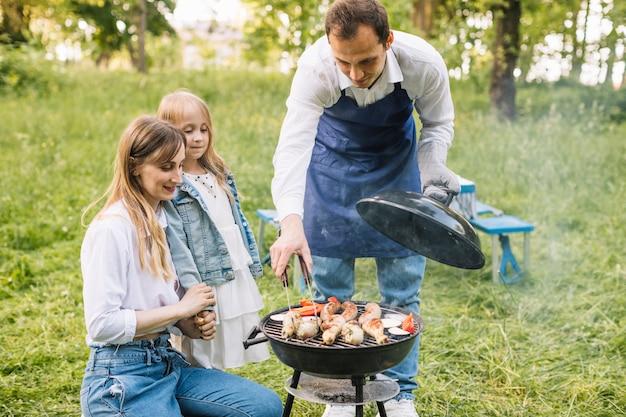 Rodzina robi grilla w przyrodzie