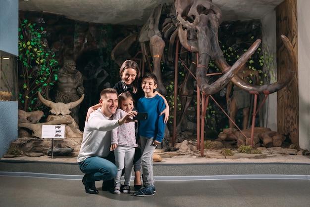 Rodzina robi selfie w muzeum
