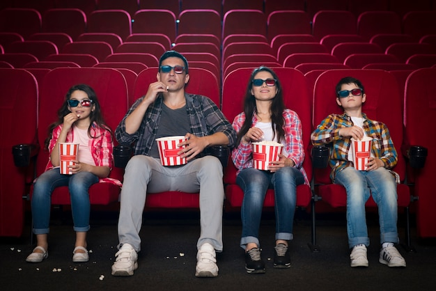 Rodzina różnych pokoleń w kinie