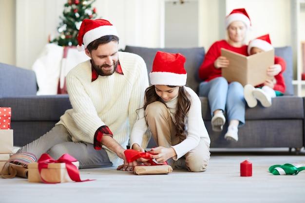 Rodzina rozpakowująca prezenty świąteczne