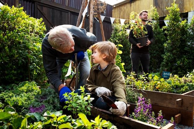 Rodzina sadzenia warzyw z ogrodu przydomowego