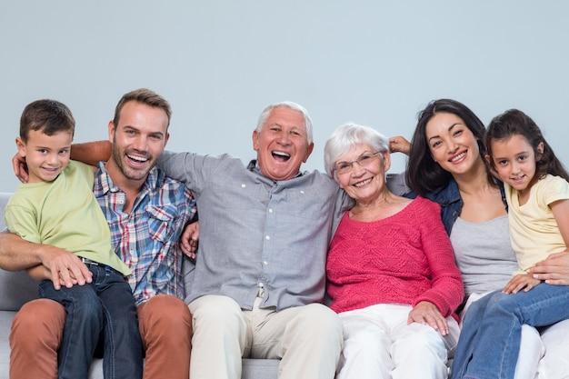 Rodzina siedzi na kanapie