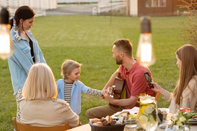 Rodzina siedzi przy stole średni strzał