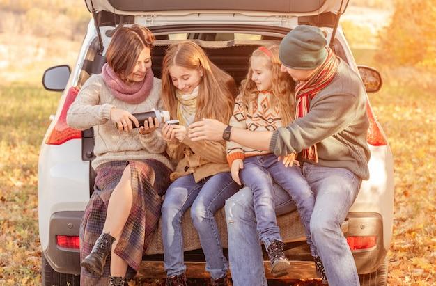 Rodzina siedzi w bagażniku samochodu