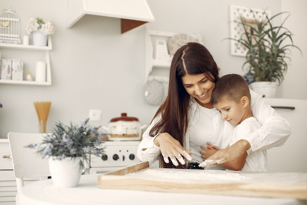 Rodzina siedzi w kuchni i gotuje ciasto na ciastka
