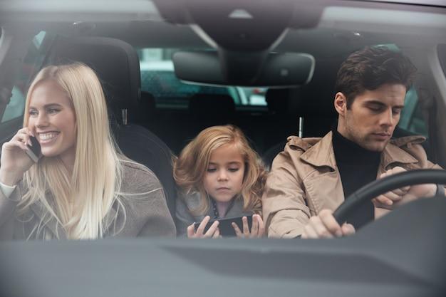 Rodzina siedzi w samochodzie