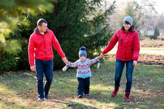Rodzina spaceruje po parku jesienią