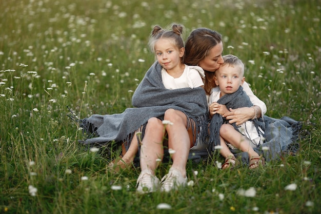 Rodzina spędza czas na wakacjach we wsi