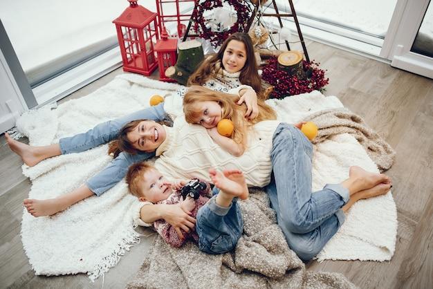 Rodzina spędza czas w domu w świątecznych dekoracjach