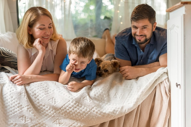 Rodzina spędza czas w łóżku w przyczepie kempingowej