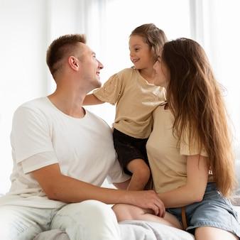 Rodzina spędza razem czas w domu