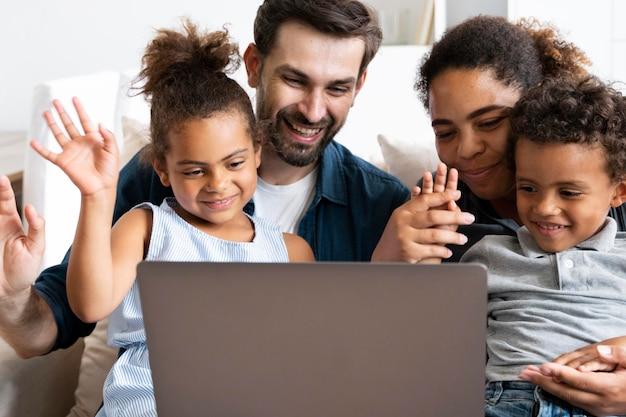 Rodzina spędzająca czas razem w domu