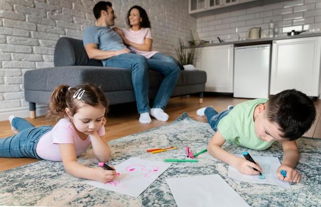 Rodzina spędzająca razem czas na pełnym ujęciem