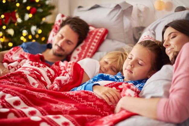 Rodzina śpi w boże narodzenie rano