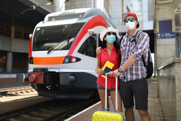 Rodzina stoi obok pociągu w oczekiwaniu na wejście na pokład