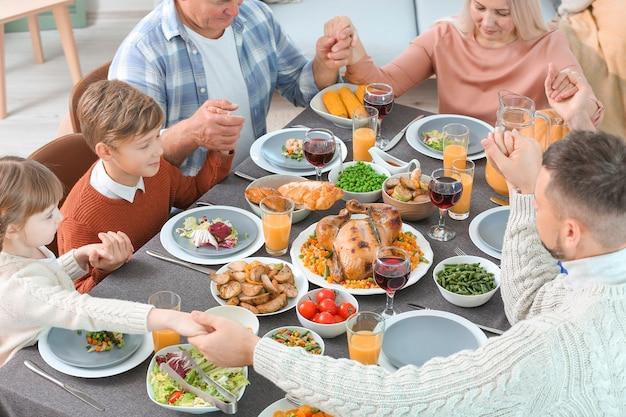 Rodzina świętująca święto dziękczynienia w domu