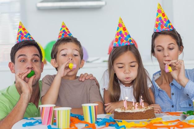 Rodzina świętuje ich córki przyjęcia z przyjęciem róg