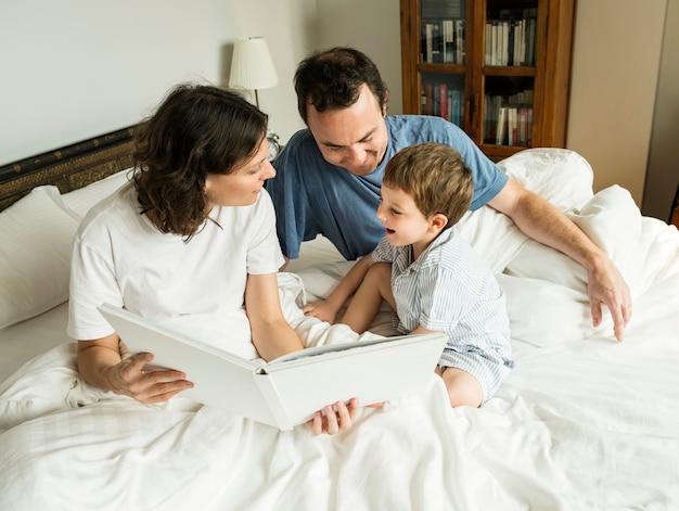 Rodzina szuka w albumie fotograficznym