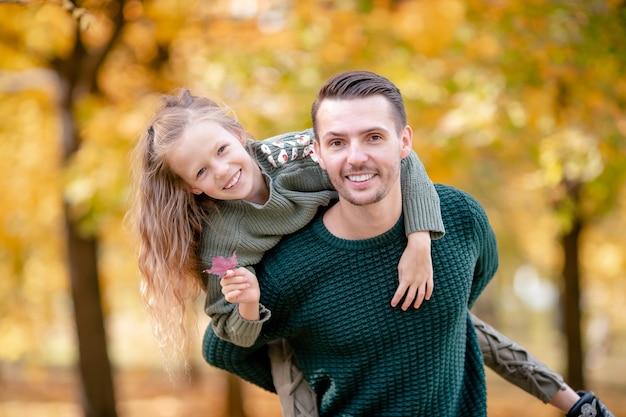 Rodzina tata i dziecko na piękny jesienny dzień w parku