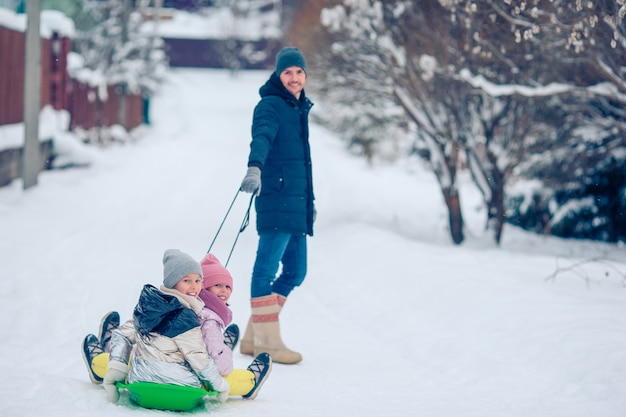 Rodzina taty i dzieci wakacje na świeżym powietrzu zimą