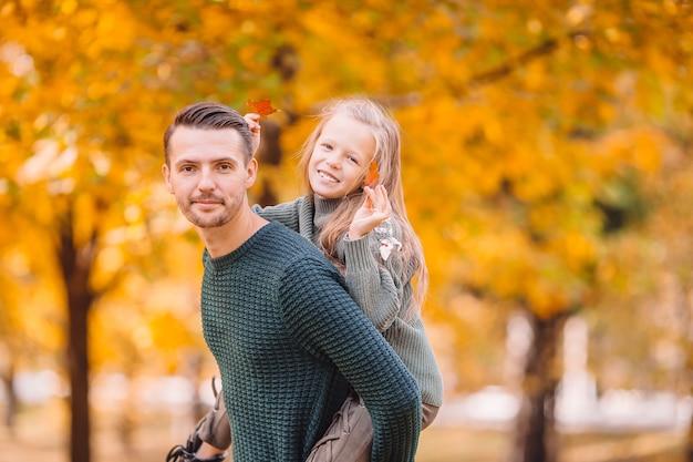 Rodzina taty i dziecko na piękny jesienny dzień w parku