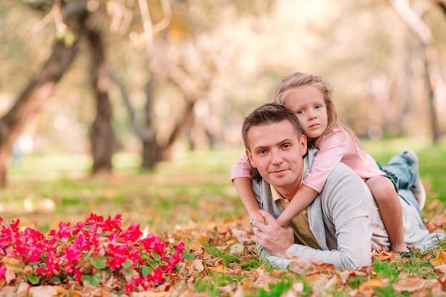 Rodzina taty i dziecko w piękny jesienny dzień w parku