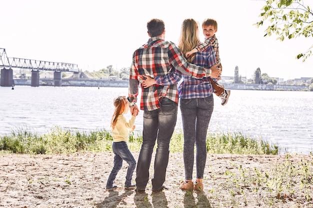 Rodzina to obejmowanie się ramionami i przebywanie z rodzicami stojącymi ze swoimi