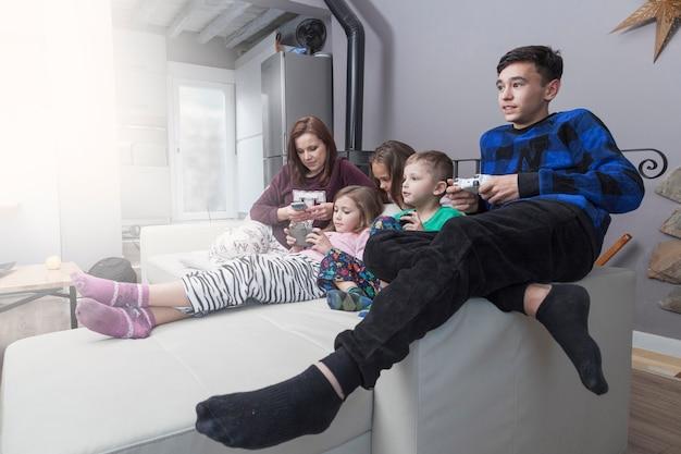 Rodzina używająca urządzeń elektronicznych