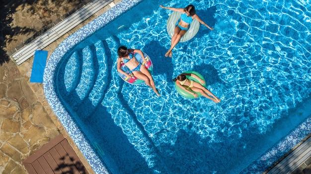 Rodzina w basenie z lotu ptaka z drona