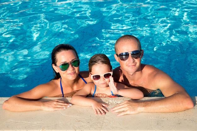 Rodzina w basenie