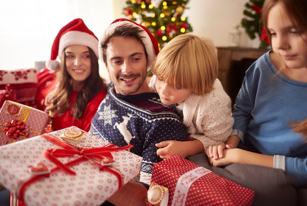 Rodzina w czasie świąt bożego narodzenia w domu