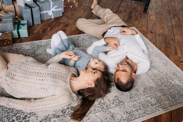 Rodzina w domu na podłodze. pudełka na prezenty